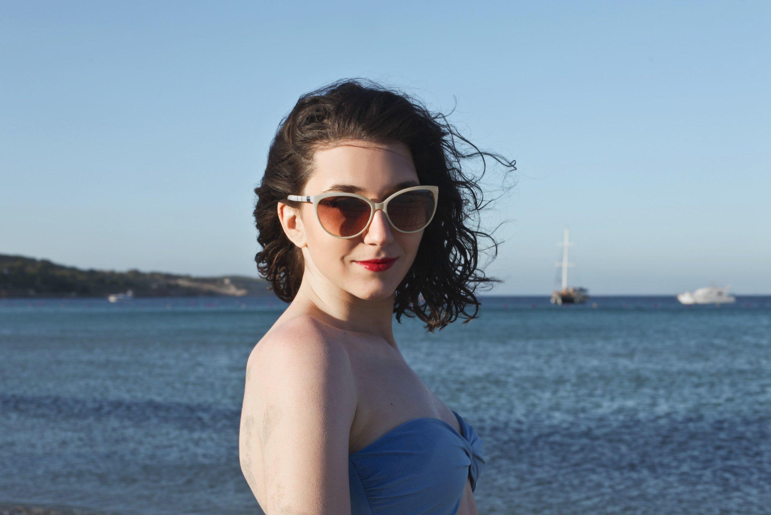 海にいる可愛い女性