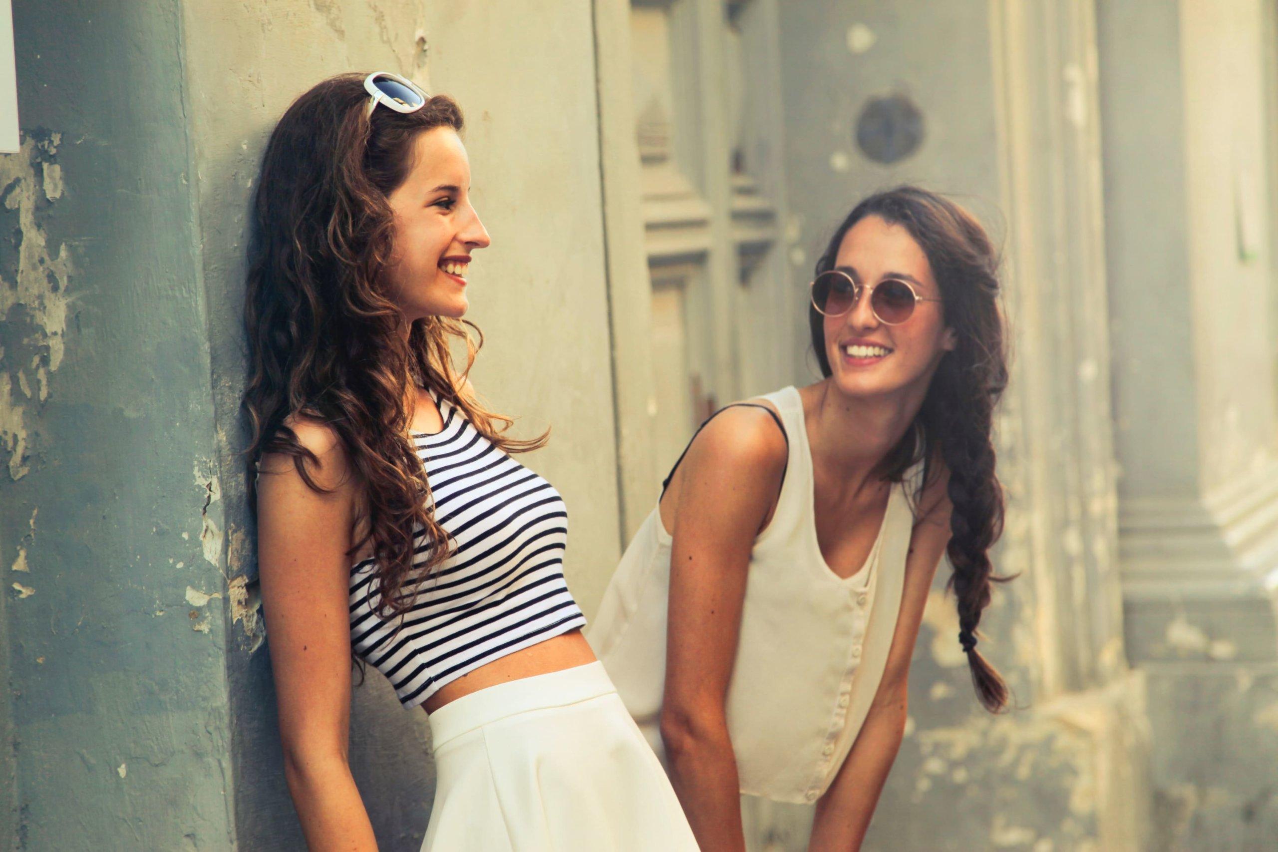 談笑する女子