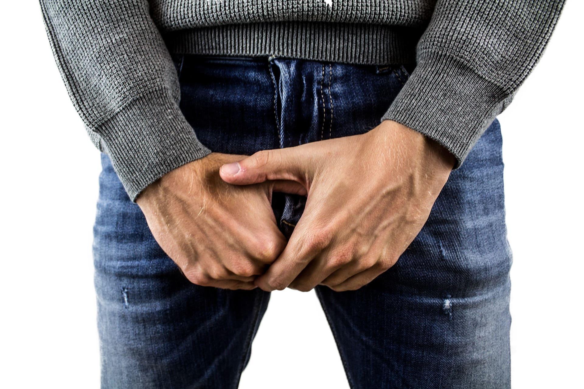 睾丸を抑える男性