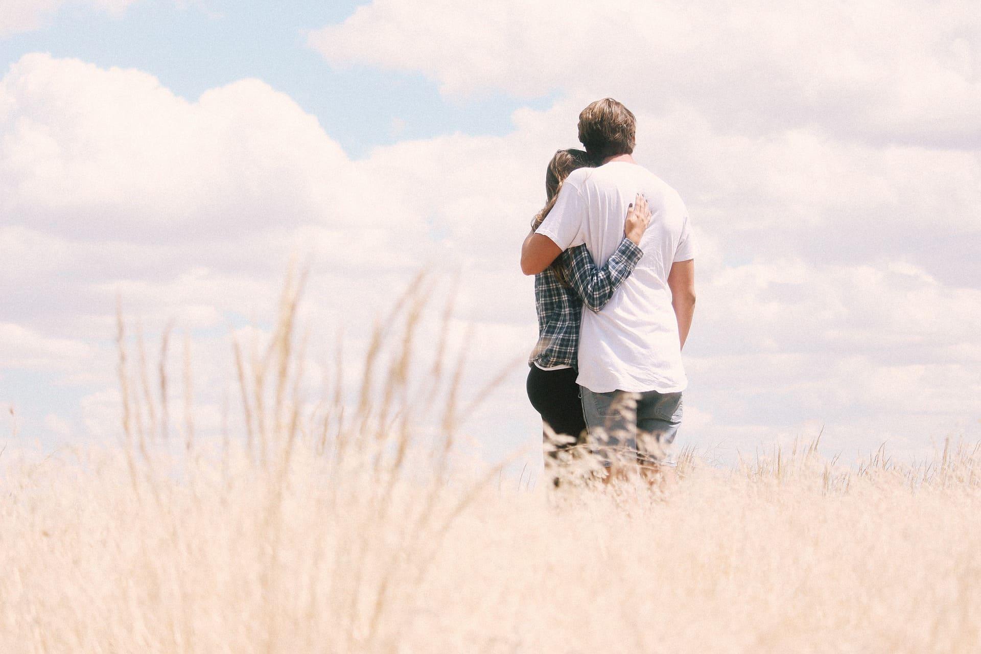 草原で愛し合うカップル