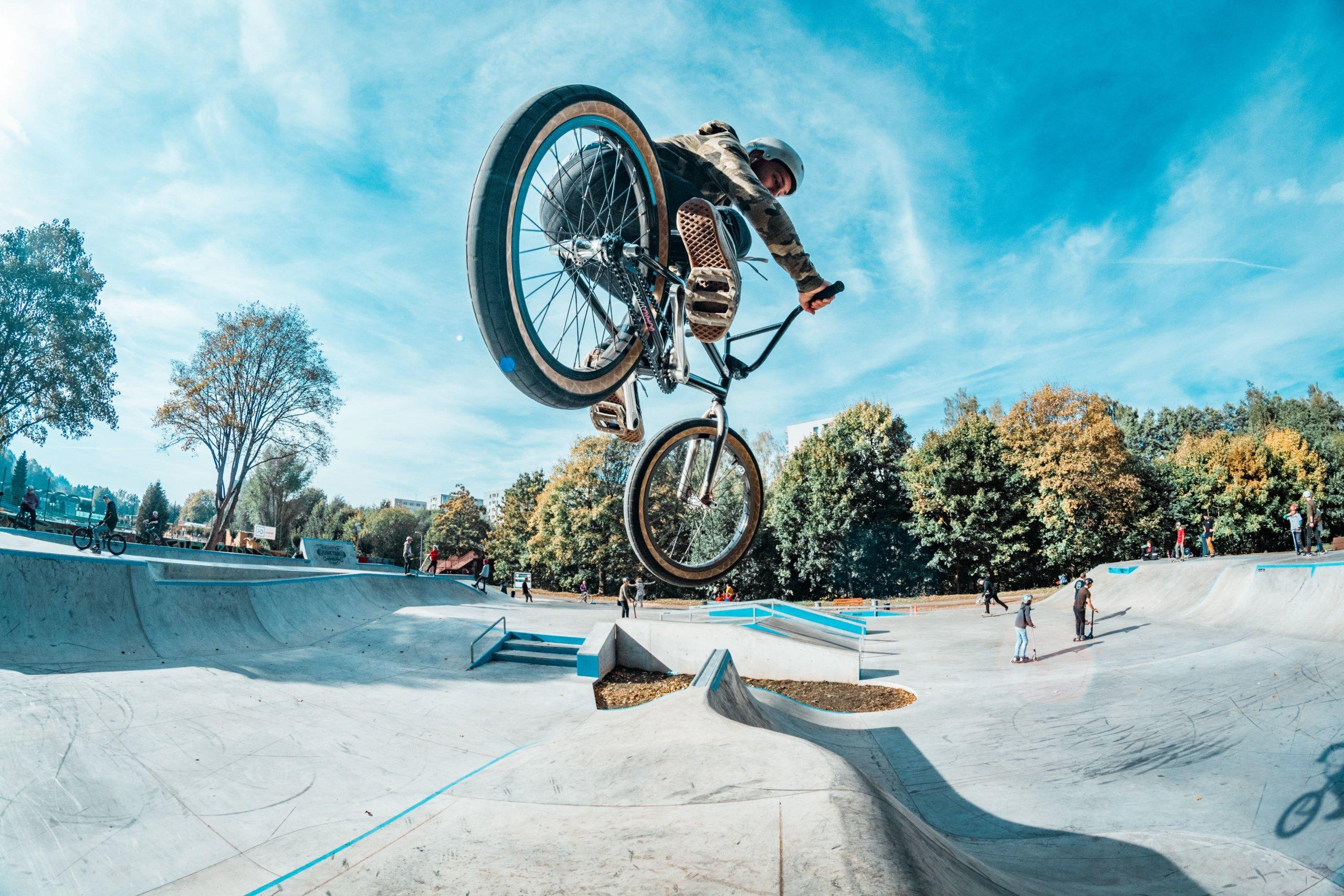 自転車で技を繰り出す人
