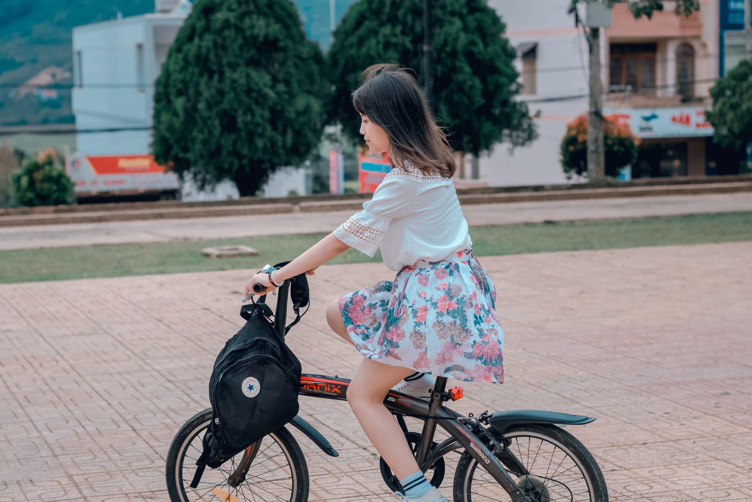 自転車に乗る可愛い女の子