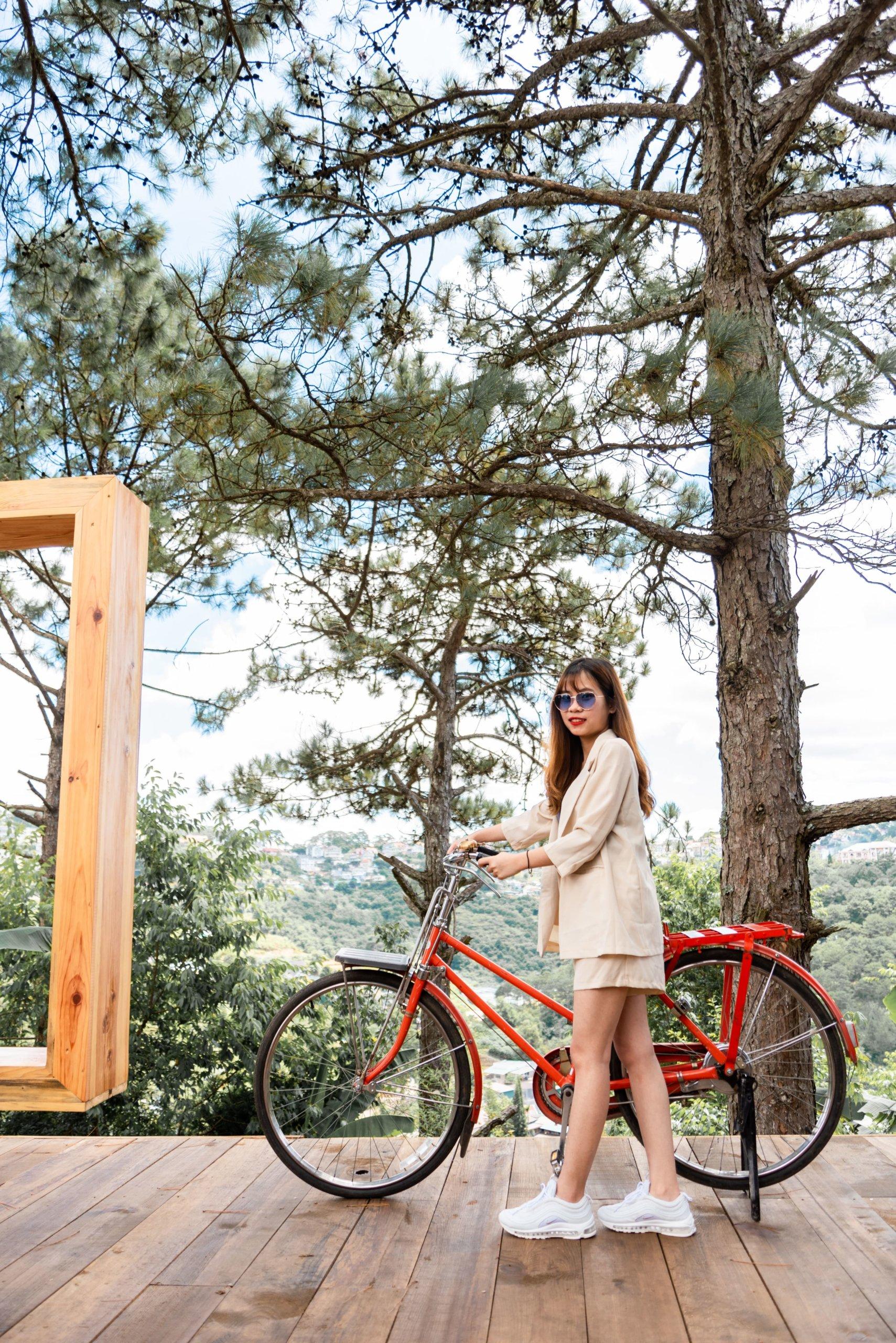 自転車を楽しむ女性